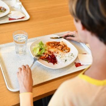 Plýtvání v českých jídelnách a fast foodech: Vyhodí se 27 000 tun ročně